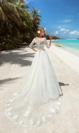 Пышное кружевное свадебное платье с ажурным болеро с рукавами три четверти.