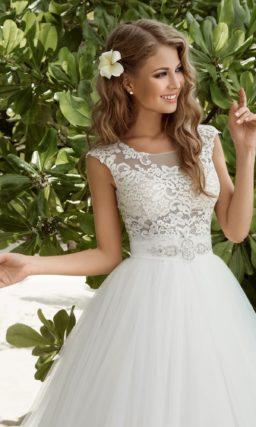 Невероятно пышное свадебное платье с облегающим ажурным верхом.