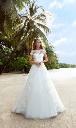 Свадебное платье А-силуэта с элегантными короткими рукавами из кружева.