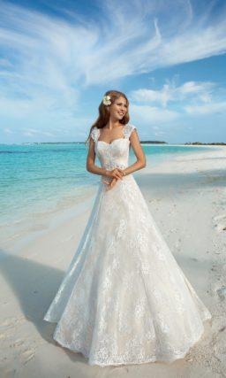 Свадебное платье «принцесса» цвета слоновой кости с широкими ажурными бретелями.