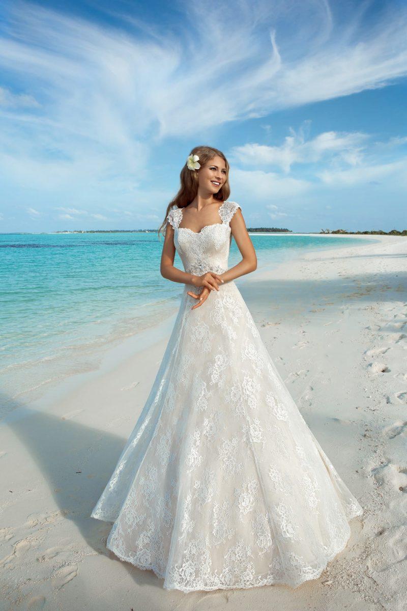 Свадебное платье цвета слоновой кости с широкими ажурными бретелями.