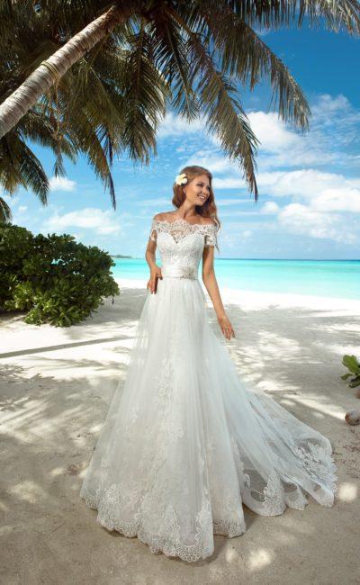 Прямое свадебное платье с полупрозрачной верхней юбкой и кружевным верхом.