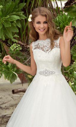 Свадебное платье силуэта «принцесса» с закрытым верхом и атласным поясом.