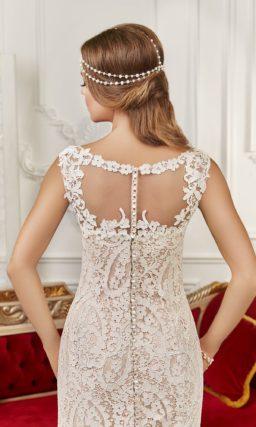 Бежевое свадебное платье силуэта «рыбка» с отделкой из плотного белого кружева.