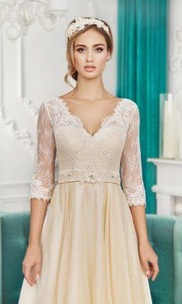 Золотистое свадебное платье прямого силуэта с V-образными вырезами на лифе и на спинке.
