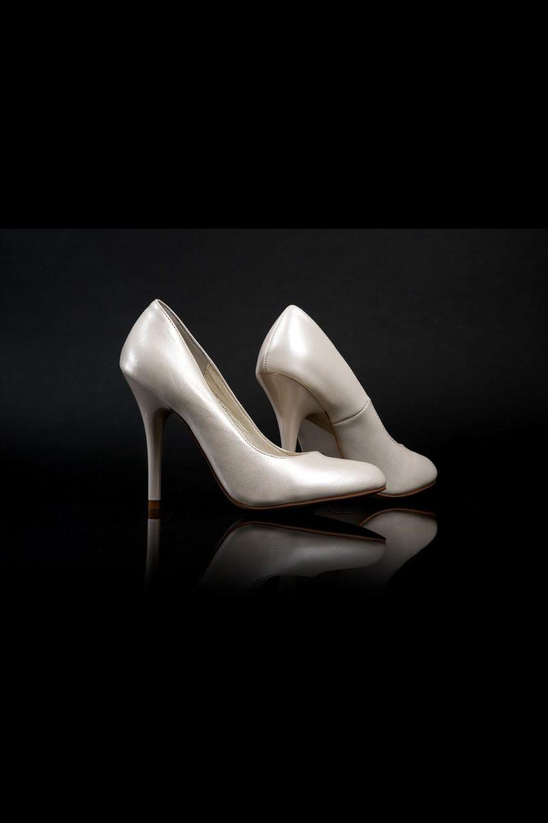 Лаконичные туфли платинового цвета с эффектом «металлик» и каблуком 12 см.