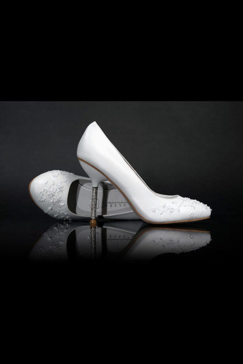 Свадебные туфли из глянцевой кожи, расшитые бисером, с каблуками 12 см.