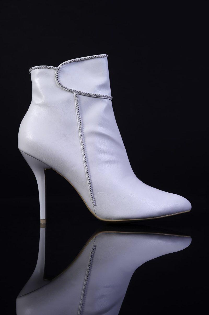 Белые сапожки на высоком каблуке
