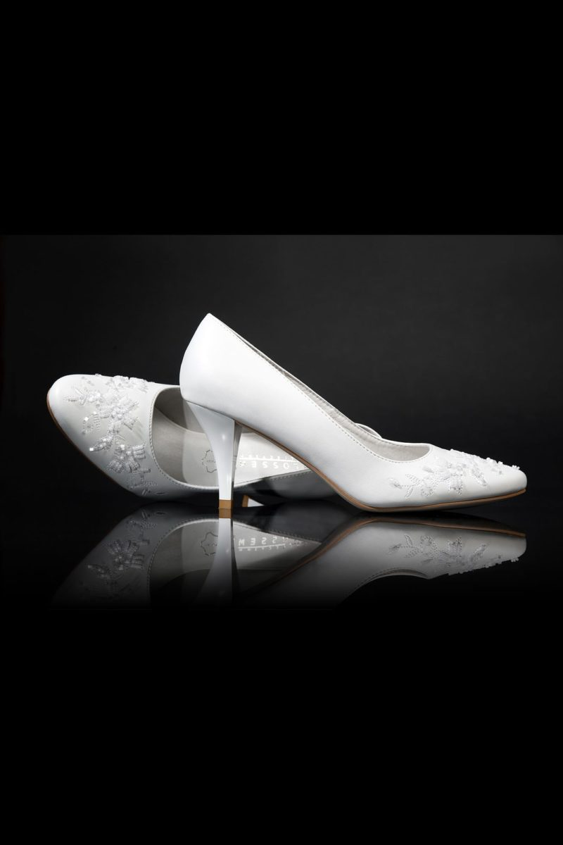 Романтичные туфли, расшитые спереди бисером, на каблуке 4,5 см.