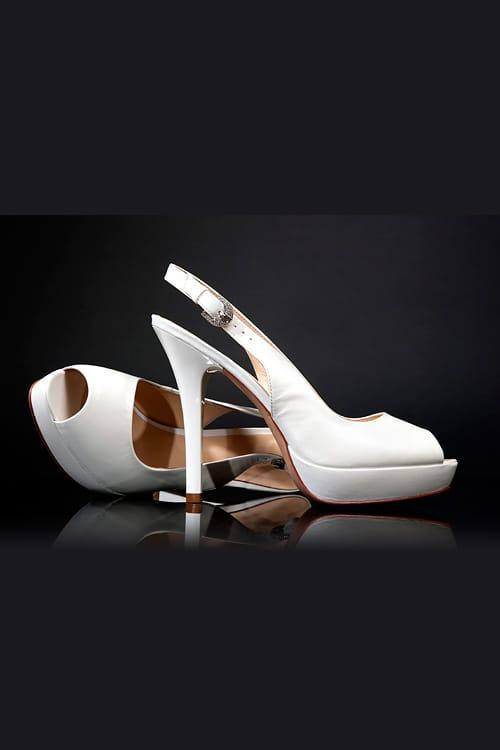 Свадебные босоножки из белой эко-кожи с изящной платформой и каблуком-шпилькой.
