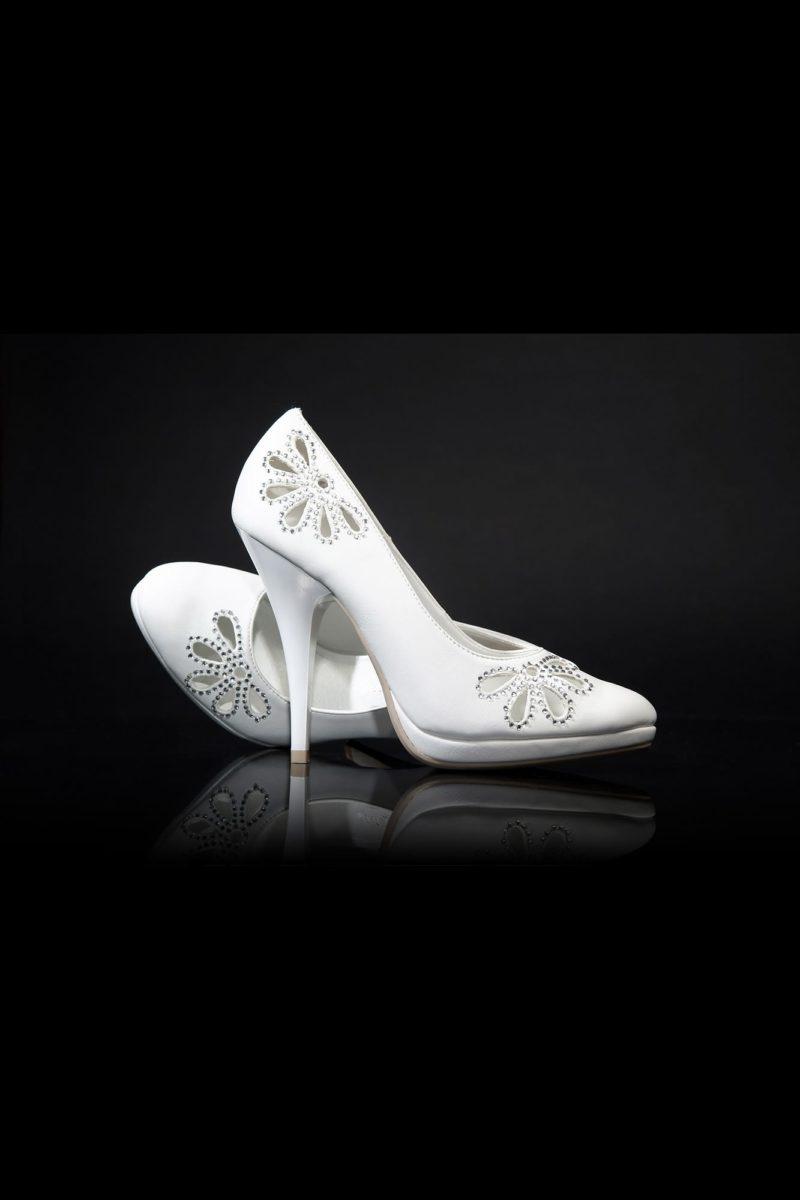 Туфли из белой эко-кожи с отделкой вырезанным орнаментом и каблуком 12 см.