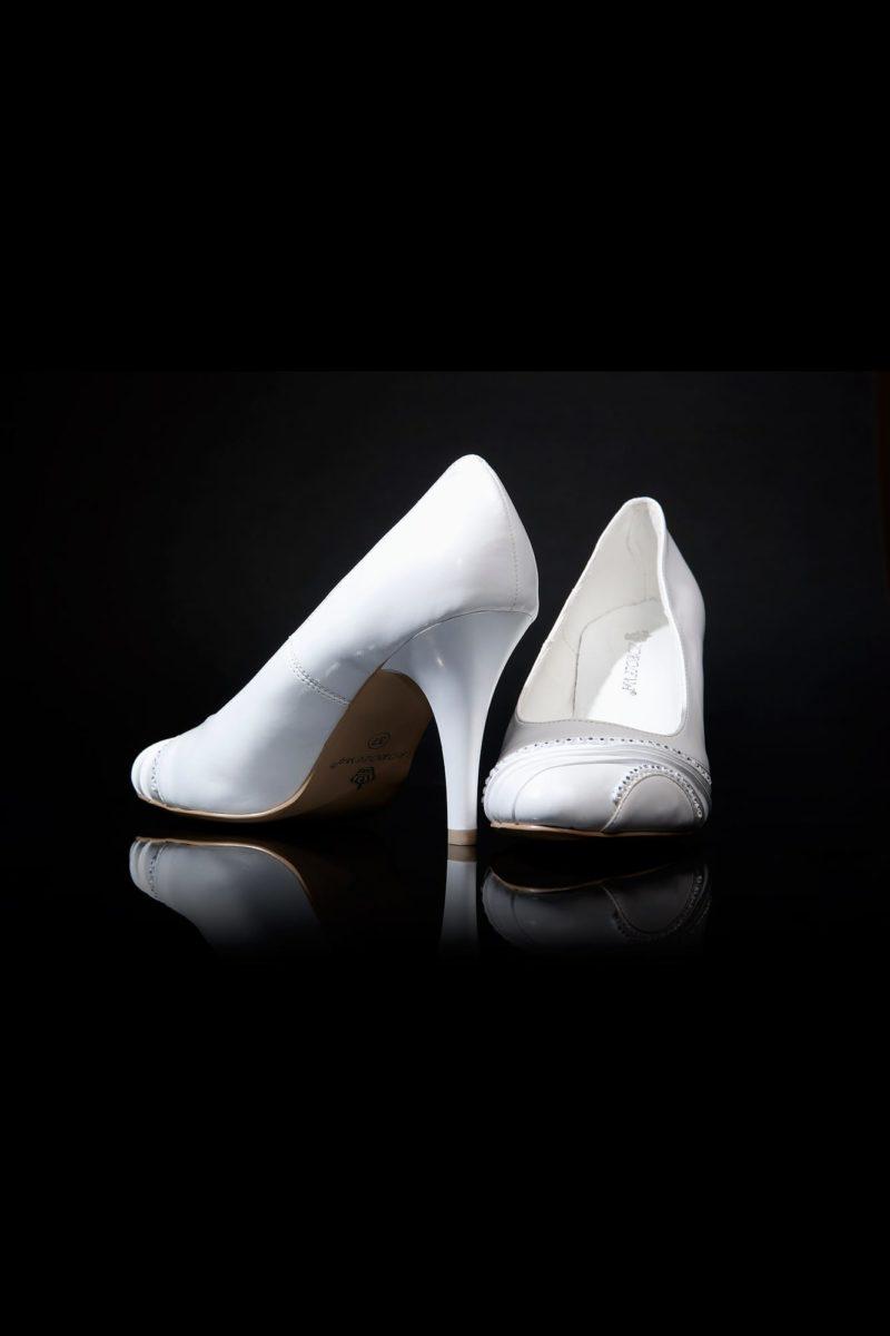 Свадебные туфли, декорированные стразами, с каблуком 9 см.