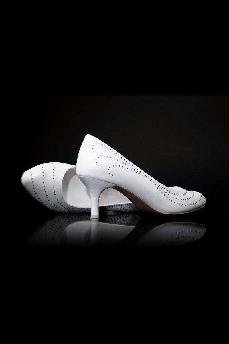 Изящные свадебные туфли с декором перфорацией и небольшим каблуком 4 см.