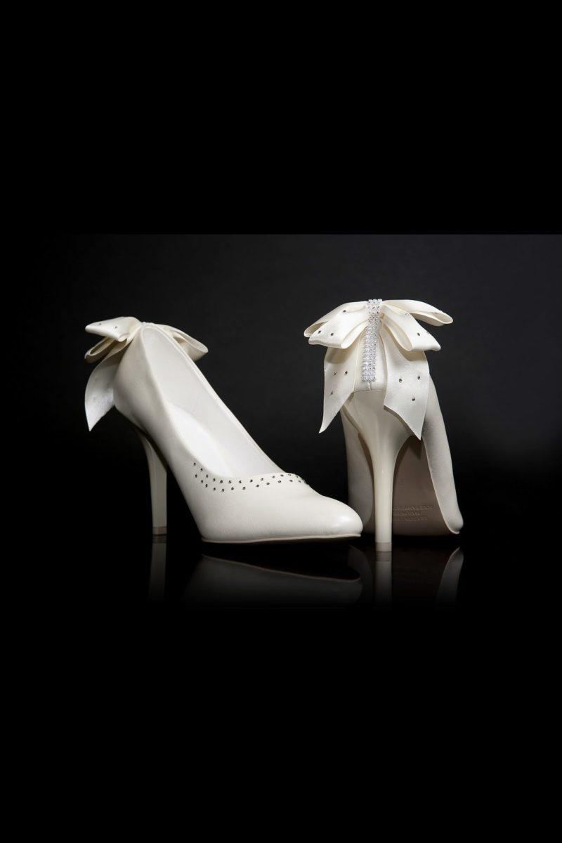 Свадебные туфли с пышными бантами сзади, отделкой стразами и каблуком 12 см.