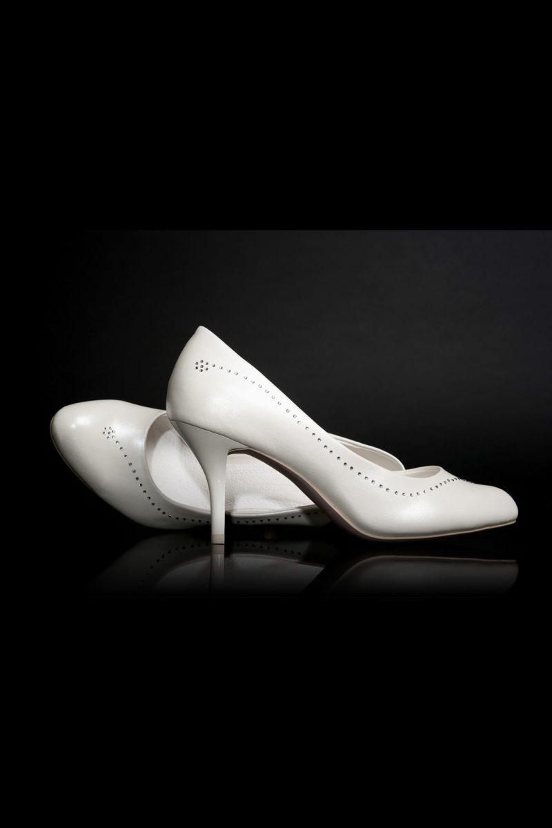 Свадебные туфли из эко-кожи с деликатной бисерной отделкой и каблуком 6 см.