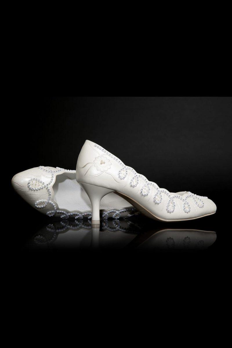 Свадебные туфли цвета «пепельный жемчуг»  с бисерной отделкой и каблуком 4,5 см.