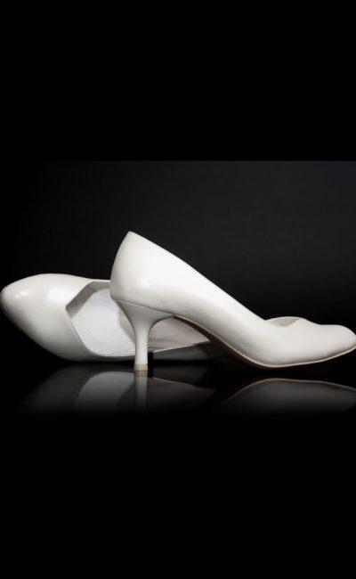 Туфли с V-образным вырезом из кожи «пепельный жемчуг», с каблуком 3,5 см.