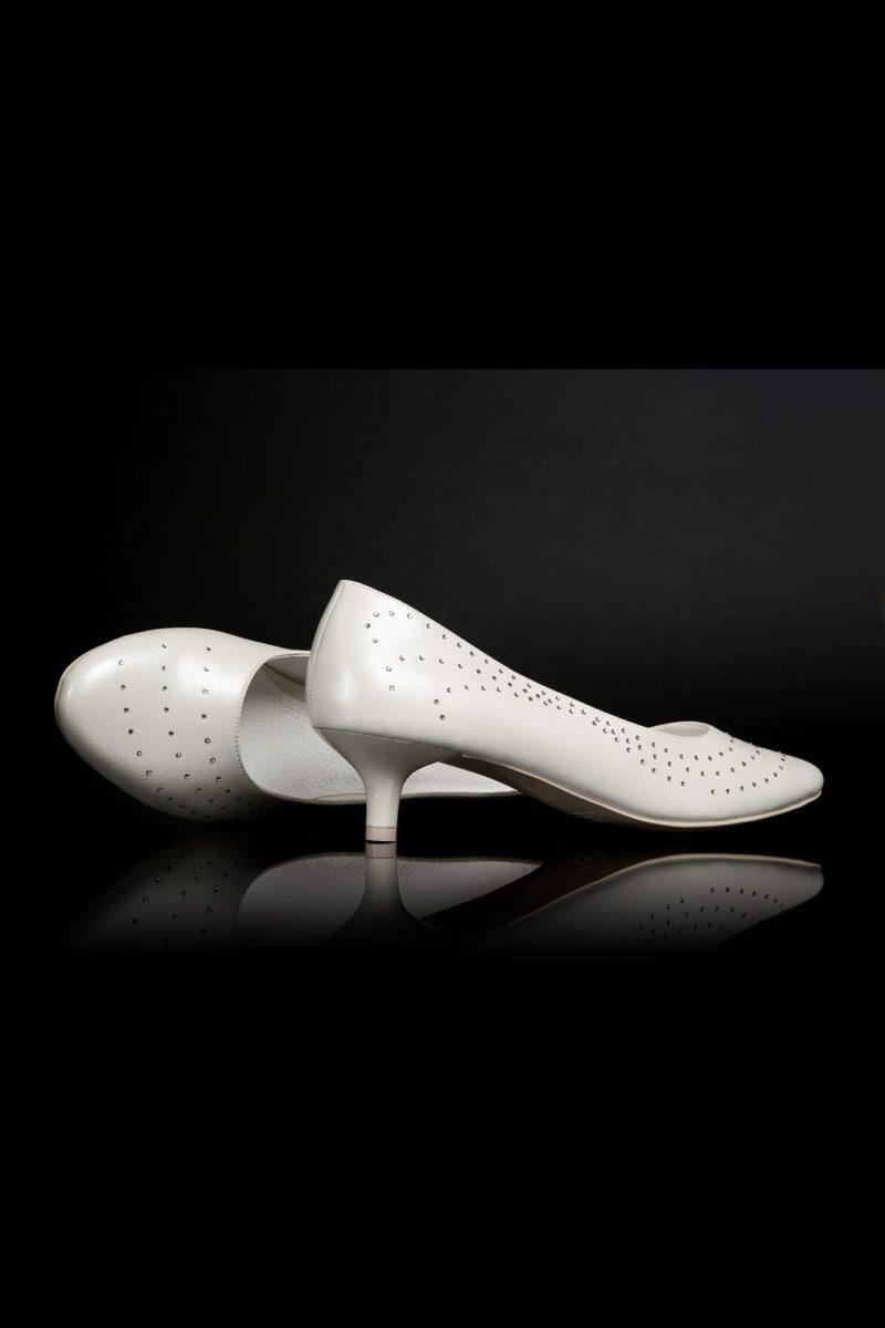 Свадебные туфли «пепельный жемчуг» с отделкой перфорацией и каблуками 3 см.