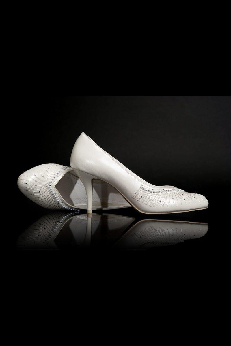 Свадебные туфли с вышивкой по носочной части и лакированными каблуками 9 см.