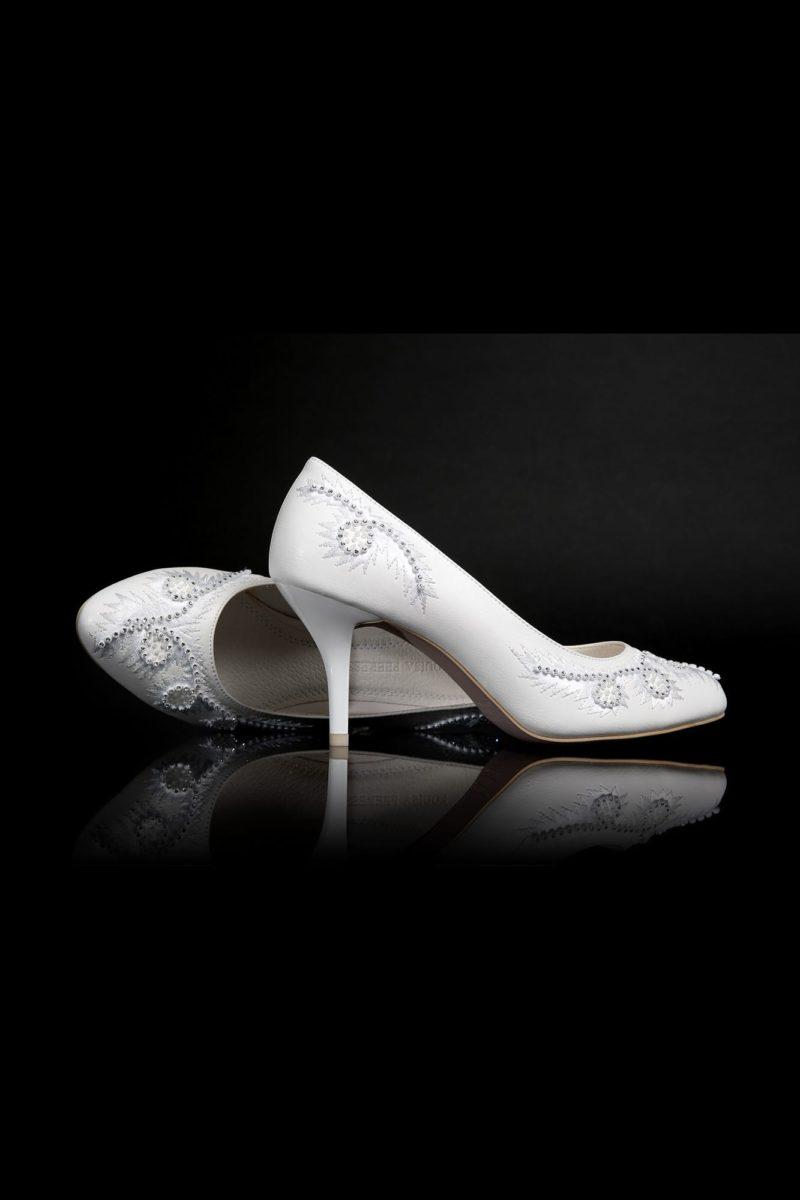 Классические свадебные лодочки, украшенные по носочной части вышивкой.
