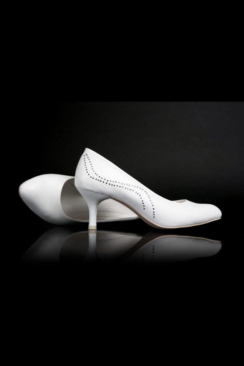 Изящные свадебные туфли с отделкой стразами и устойчивым каблуком 6 см.