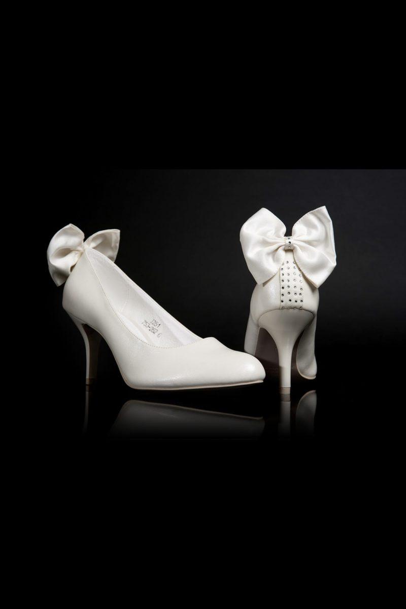 Кокетливые туфли с пышным атласным бантиком сзади на каблуке-шпильке.
