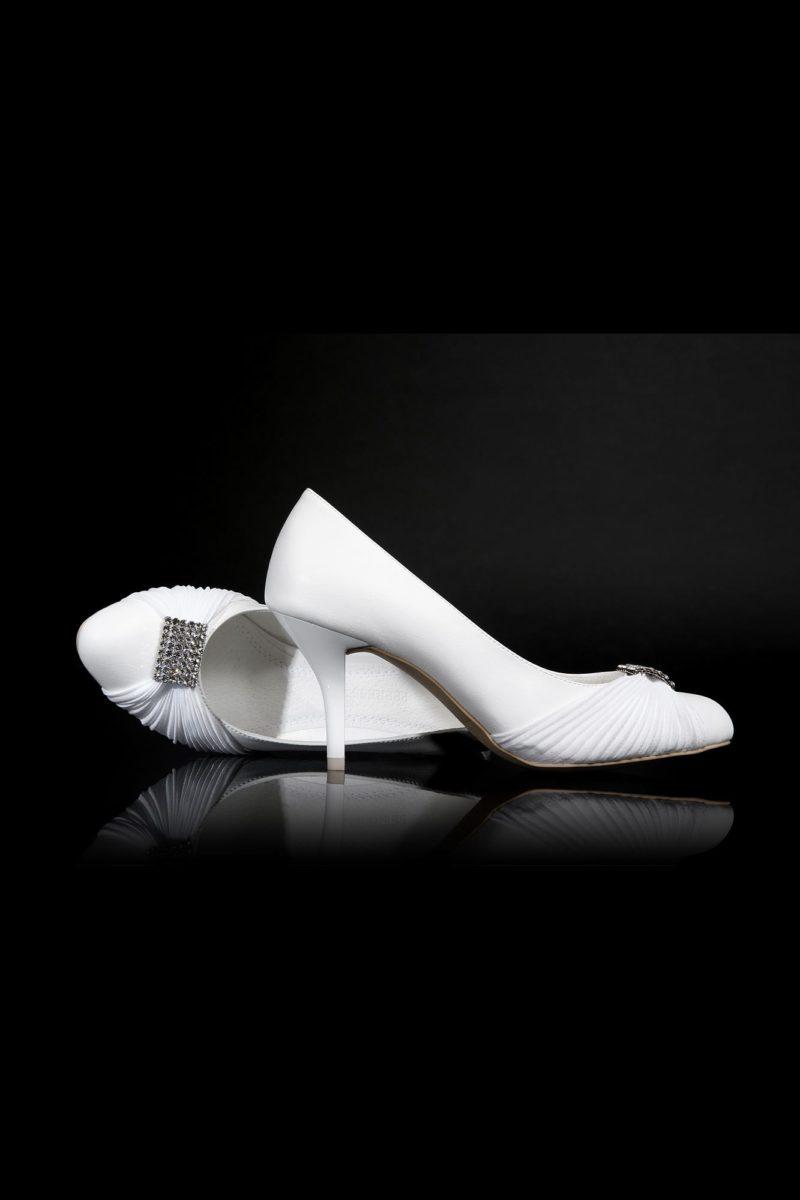 Свадебные туфли со сверкающей брошкой на носочной части и элегантным каблуком.