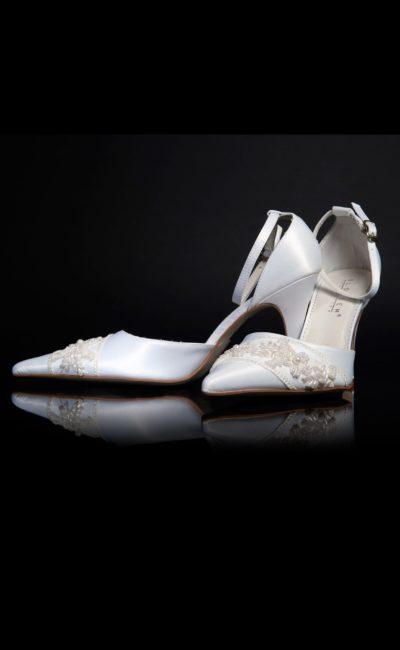 Оригинальные свадебные босоножки с закрытым задником и бисером на носочной части.