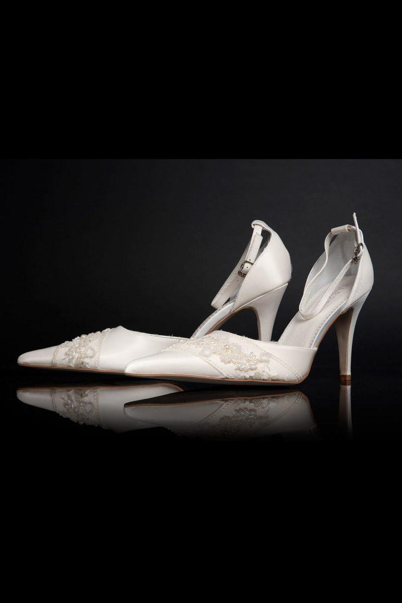 Классические свадебные босоножки на высоком каблуке с вышивкой по носочной части.