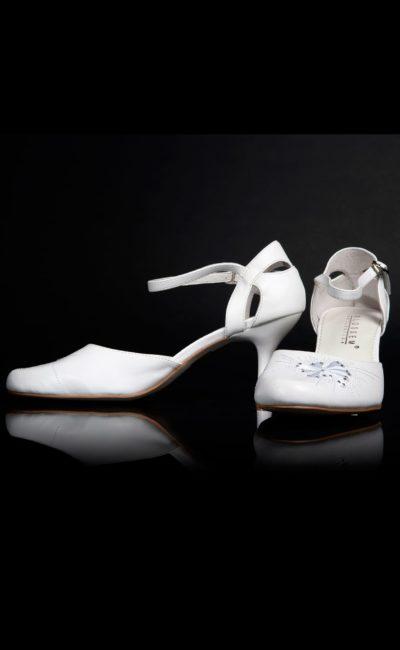 Босоножки с закрытым задником и оригинальной вышивкой по носку.