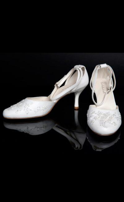 Свадебные босоножки с закругленным носком, украшенным вышивкой, и каблуком 6 см.