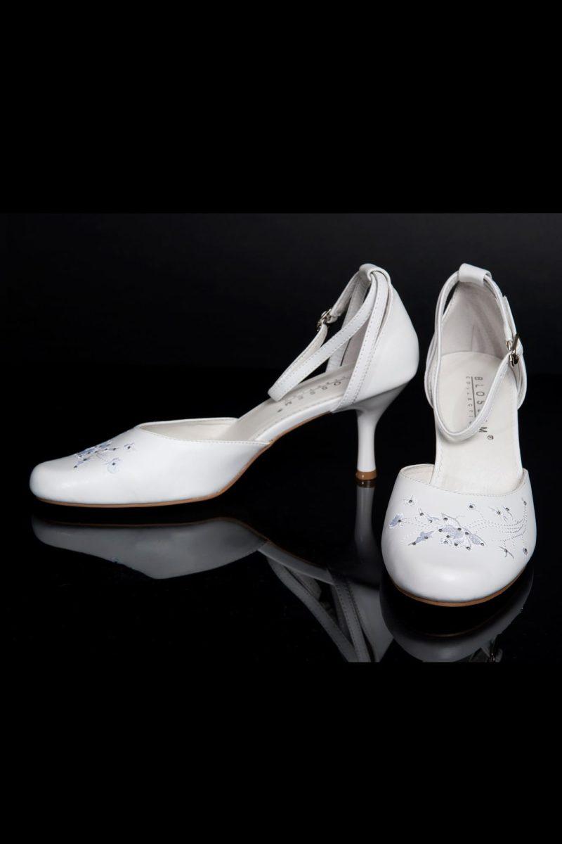 Закрытые босоножки из белой эко-кожи, с устойчивым каблуком и вышивкой.