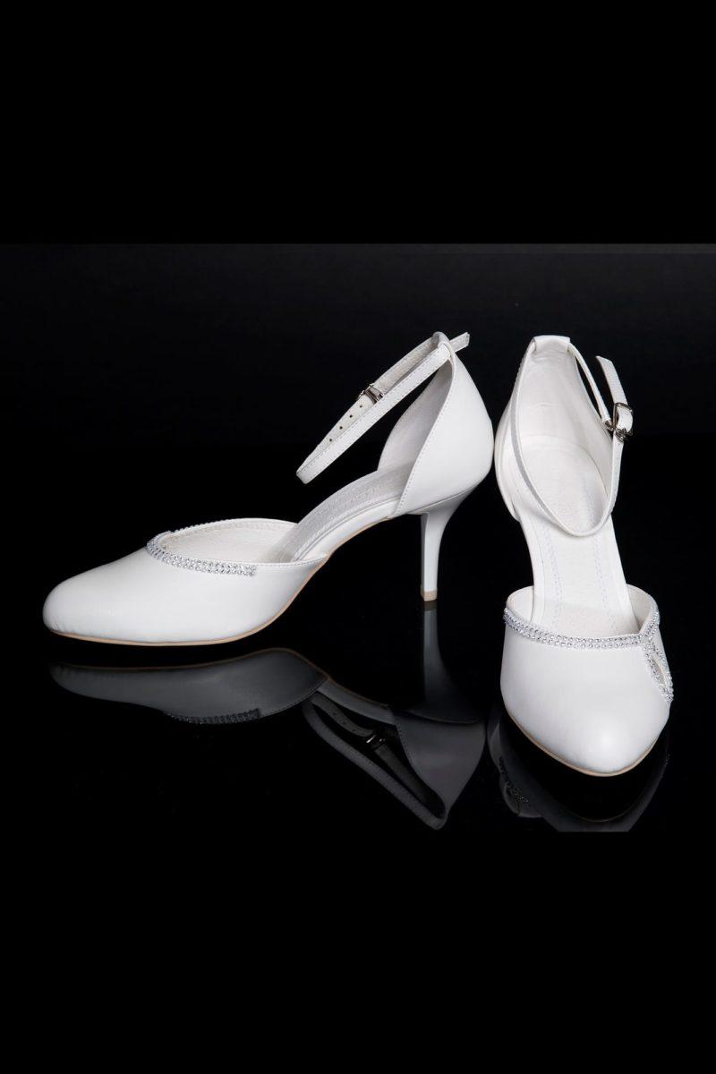Элегантные свадебные босоножки с закрытым задником и небольшим каблуком.