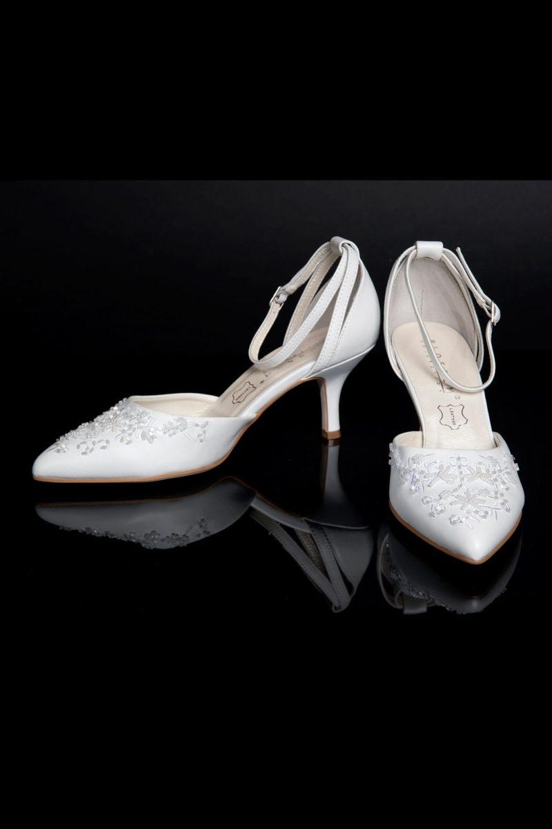 Закрытые босоножки с бисерной вышивкой по носочной части и каблуком 6 см.
