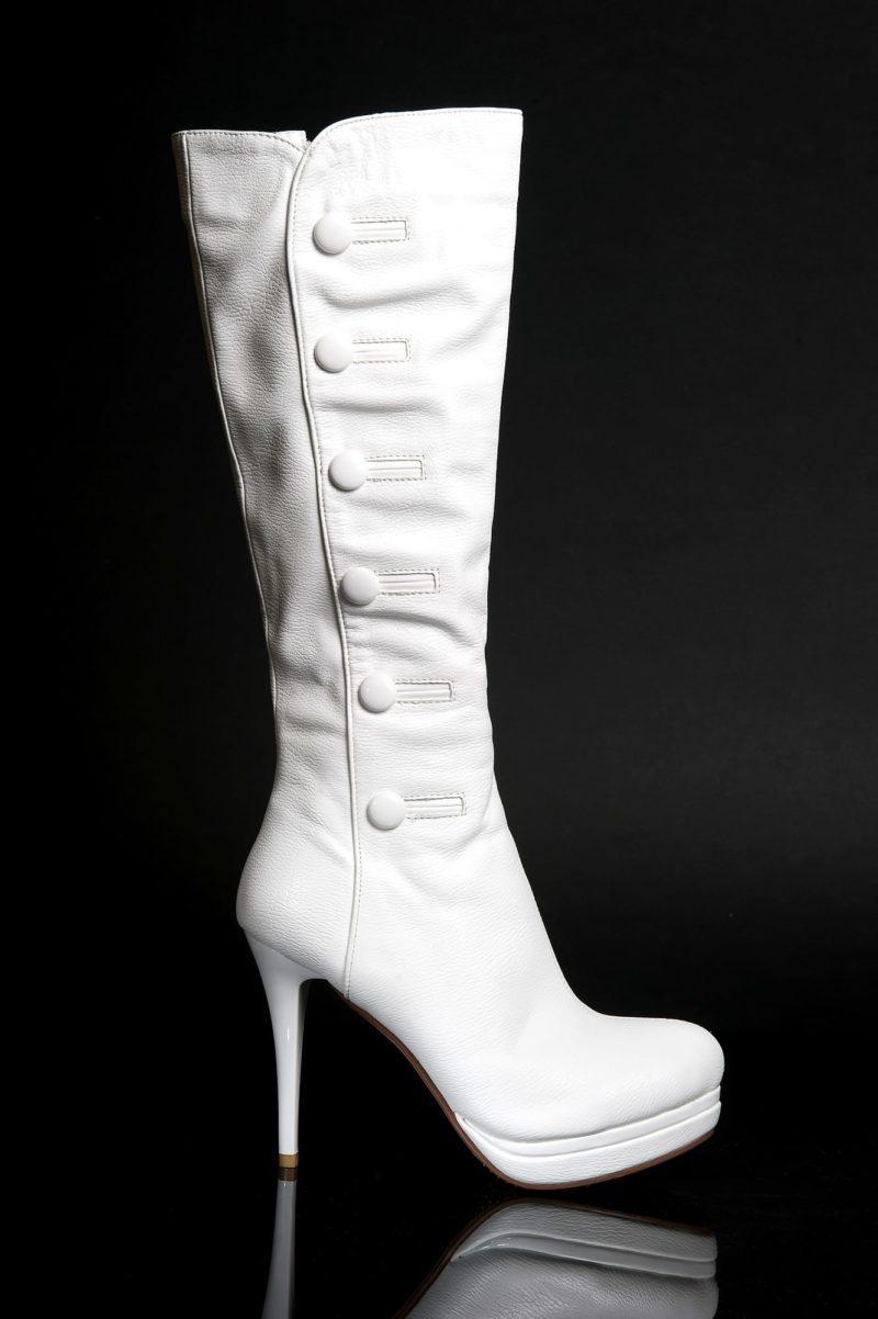 Сапоги из эко-кожи цвета слоновой кости, украшенные пуговицами, на высоком каблуке.