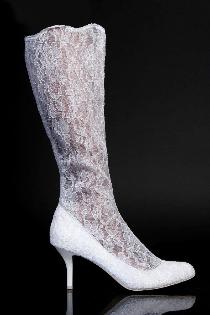 Изящные сапожки, покрытые гипюровой тканью, на каблуке 7 см.