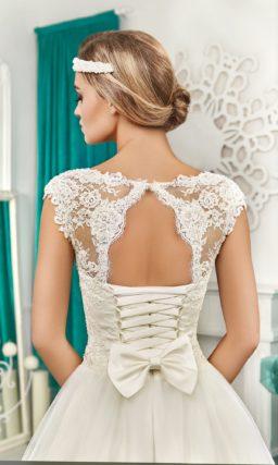 Свадебное платье А-силуэта с кружевным декором, вырезом на спинке и вышивкой на талии.