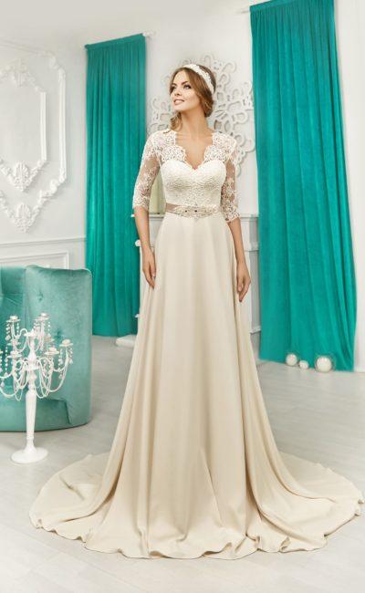 Прямое свадебное платье из атласной ткани с кружевным V-образным вырезом и шлейфом.