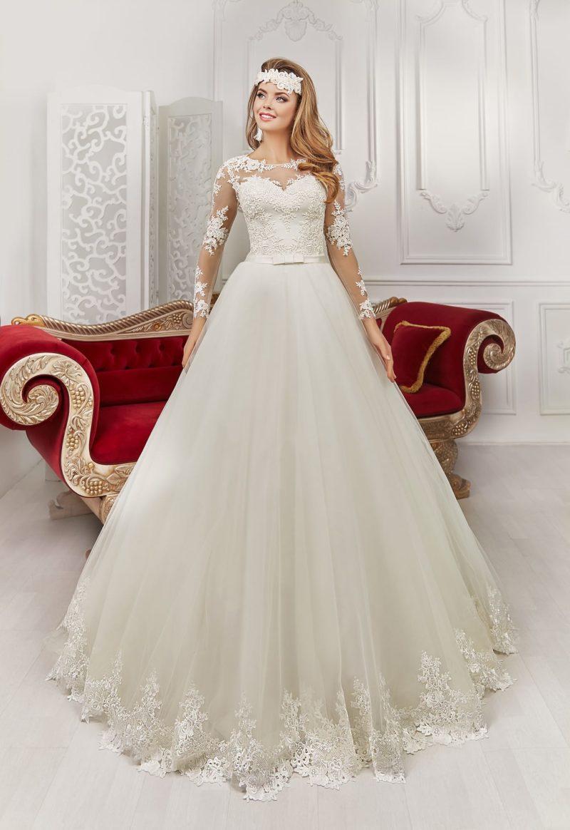 Роскошное свадебное платье А-силуэта с кружевным декором и атласным поясом с бантом сзади.