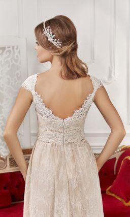 Кружевное свадебное платье прямого силуэта с бежевой подкладкой и изящным узким поясом.