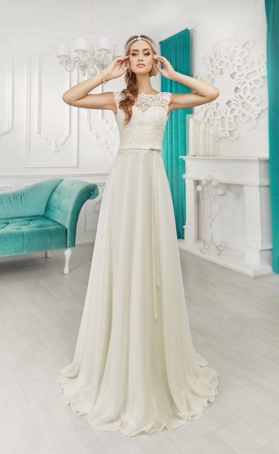 Прямое свадебное платье с кружевной отделкой верха и узким поясом на талии.