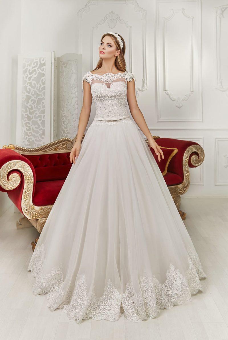Свадебное платье с ажурным вырезом «замочная скважина» на спинке и романтичным поясом.