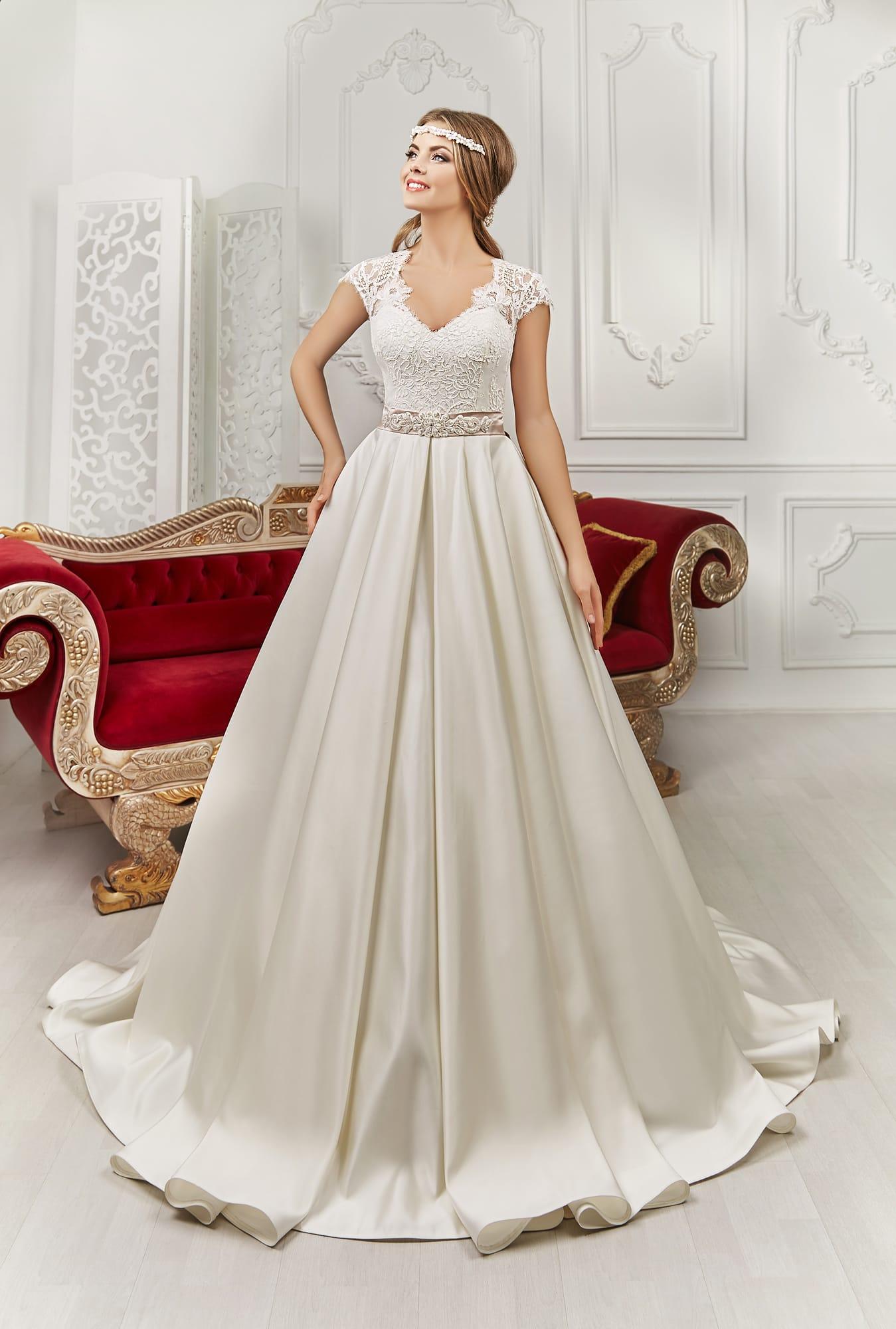 Платье с атласной юбкой и поясом