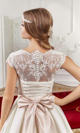 Свадебное платье с атласной юбкой А-силуэта и широким розовым поясом с бантом.