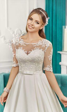 Атласное свадебное платье силуэта «принцесса» с изящным шлейфом и кружевными рукавами.