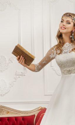 Свадебное платье с ажурным вырезом бато и широким поясом с горизонтальными складками.