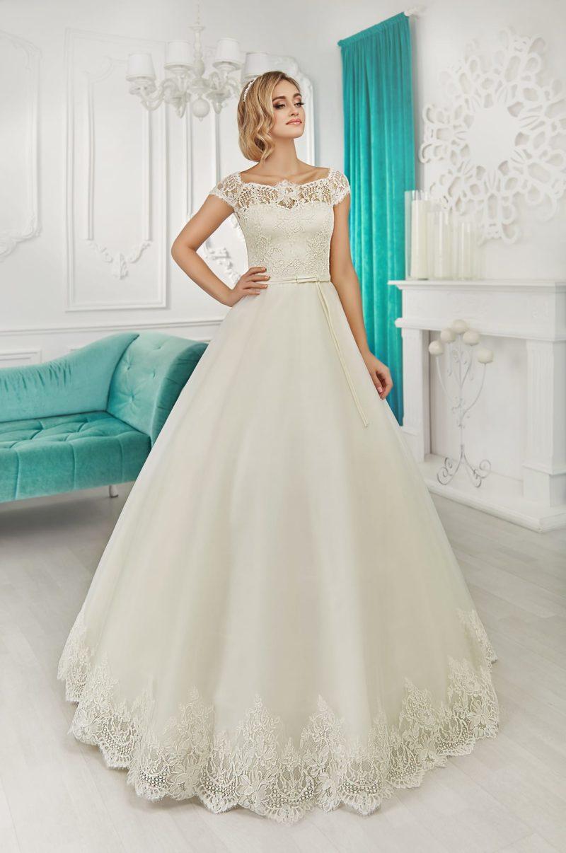 Свадебное платье А-силуэта с фигурным округлым вырезом и кружевной отделкой подола.