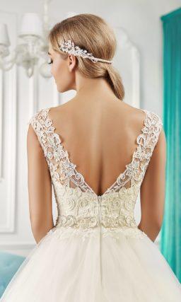 Романтичное свадебное платье с многослойной юбкой А-силуэта и кружевным лифом.