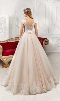 Розовое свадебное платье силуэта «принцесса» с фигурным округлым вырезом под горло.
