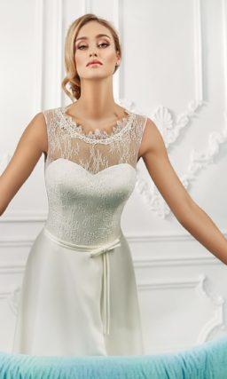 Атласное свадебное платье прямого силуэта с кружевной отделкой лифа и узким поясом.